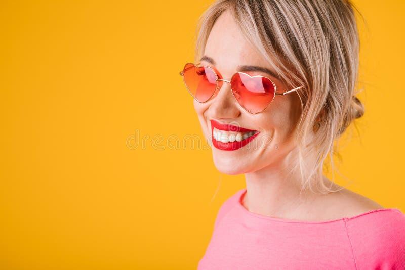 Glückliche Freudengefühle rosa und gelbe Frau Positives helles enormes Zahnlächeln stockbild