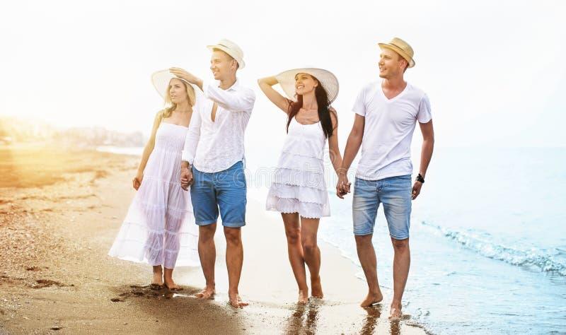 Glückliche Freunde auf dem Strand lizenzfreies stockfoto
