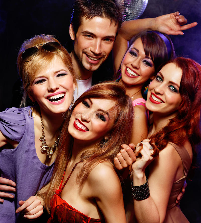 Glückliche Freunde auf einer Partei lizenzfreie stockfotos