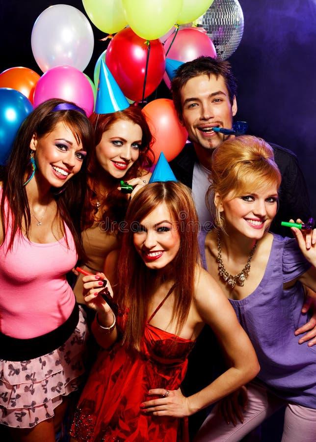 Glückliche Freunde auf einer Partei stockfoto