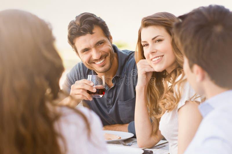 Glückliche Freunde, Die Abendessen Genießen Stockfotos