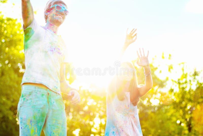 Glückliche Freunde, die glückliches holi Feiertagsfestival feiern stockfotos