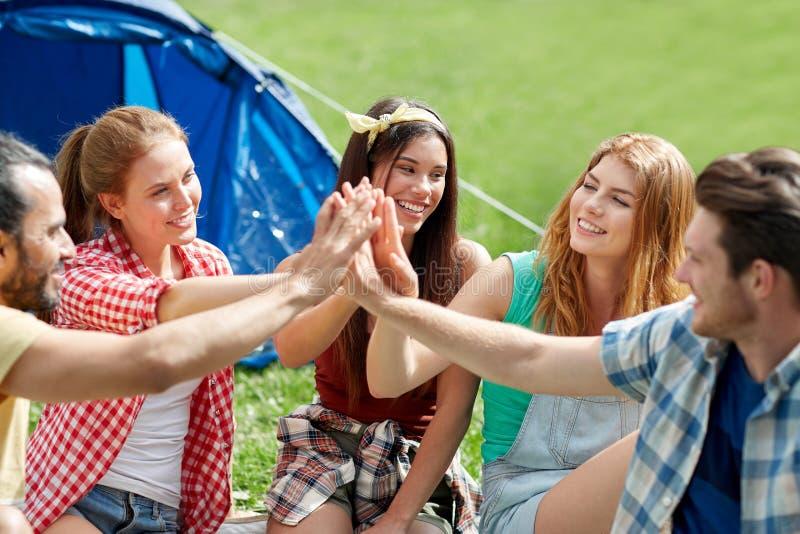 glückliche freunde die hoch fünf am kampieren machen