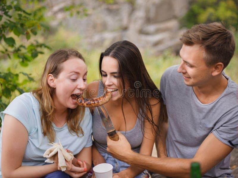 Glückliche Freunde, die Spaß draußen haben Jugend- und Freundschaftskonzept lizenzfreies stockbild