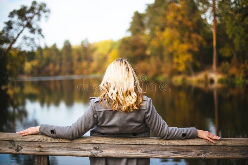 Glückliche Freunde, die Spaß im schönen Herbstpark haben Hübsche Frauen in der Abfallzeit stockfotografie