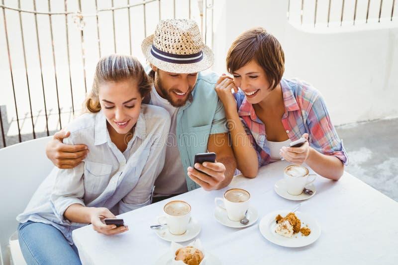 Glückliche Freunde, die zusammen Kaffee genießen lizenzfreies stockbild