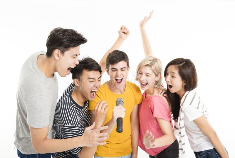 Glückliche Freunde, die zusammen Lied singen lizenzfreies stockbild