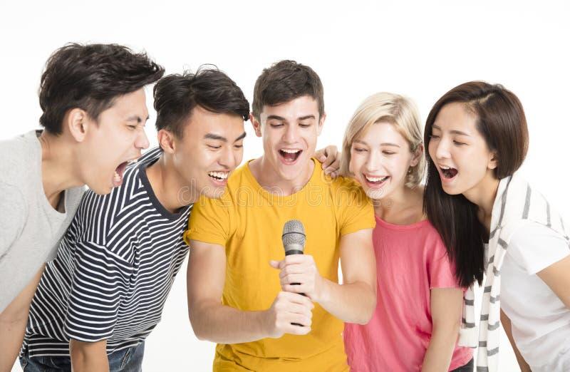 Glückliche Freunde, die zusammen Lied singen stockfotografie