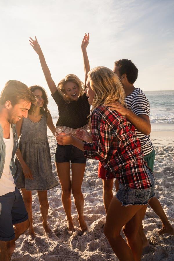 Glückliche Freunde, die zusammen tanzen stockbild