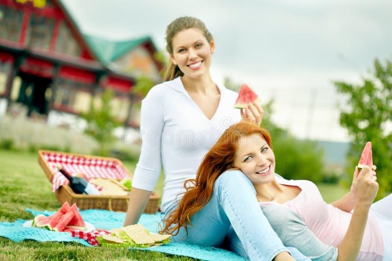 Glückliche Freunde draußen lizenzfreies stockfoto