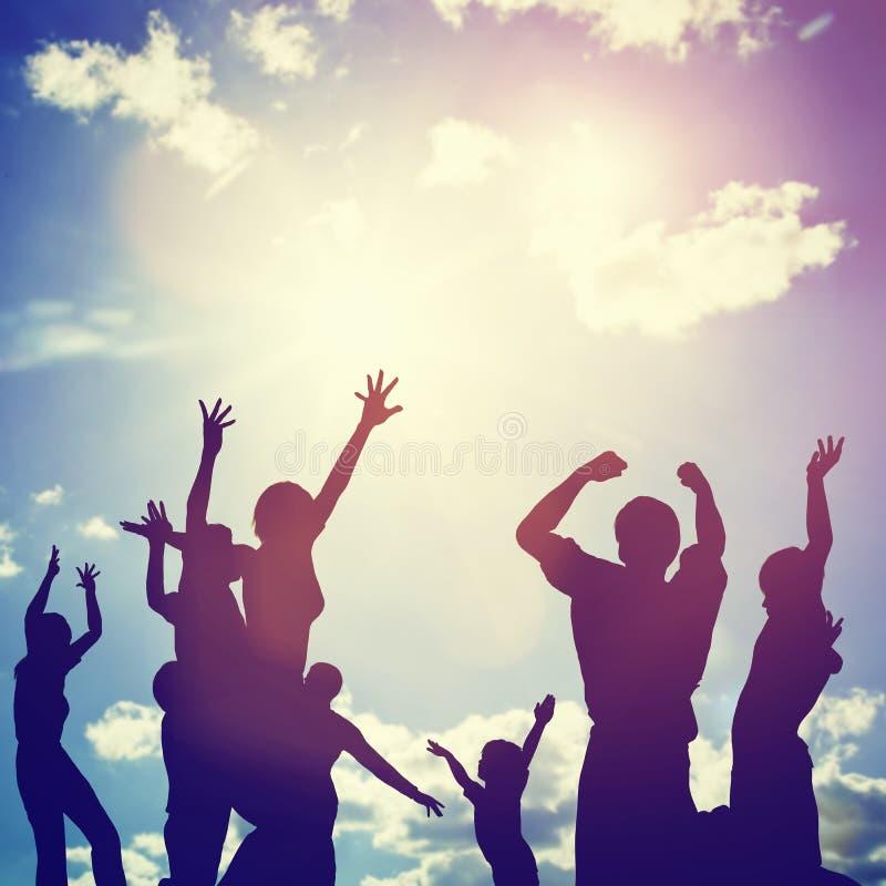 Glückliche Freunde, Familie, die Spaß springt zusammen, habend stock abbildung