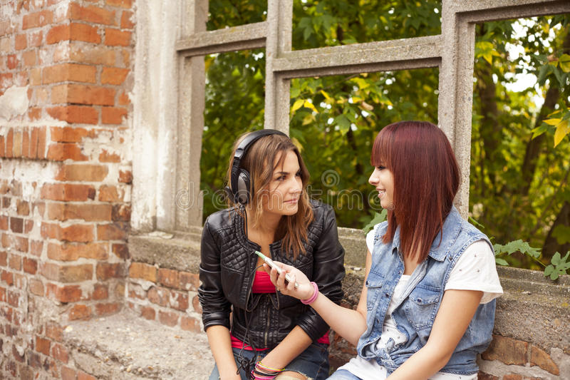 glückliche Freunde hören Musik stockbild