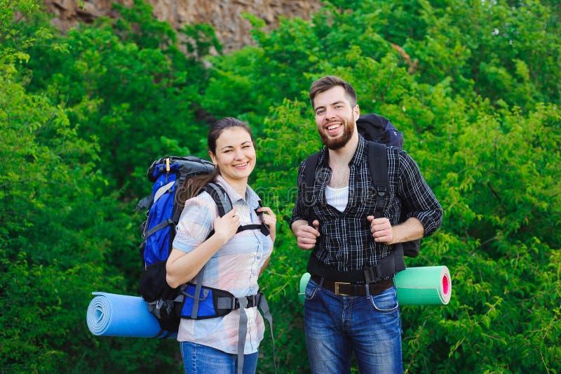 Glückliche Freunde im Hintergrund des Grases und des blauen Himmels, entspannen sich Zeit am Feiertag, Konzeptreise lizenzfreie stockfotografie