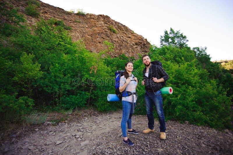 Glückliche Freunde im Hintergrund des Grases und des blauen Himmels, entspannen sich Zeit am Feiertag, Konzeptreise stockfoto