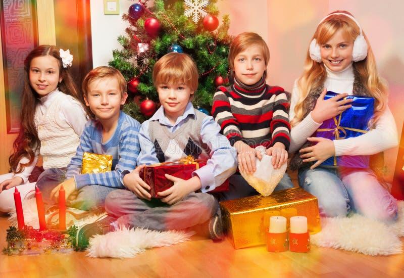 Glückliche Freunde zusammen an Weihnachtsabend stockfotos