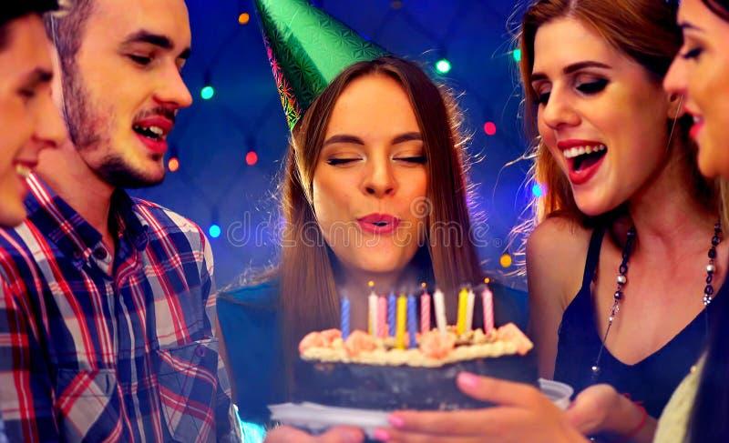 Glückliche Freundgeburtstagsfeier mit Kerzenfeierkuchen lizenzfreie stockbilder