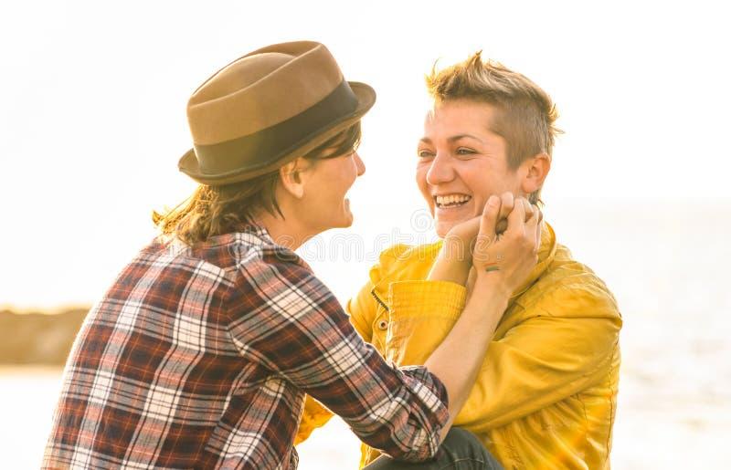 Glückliche Freundinnen in der Liebe, die zusammen Zeit an der Reisereise teilt stockbilder