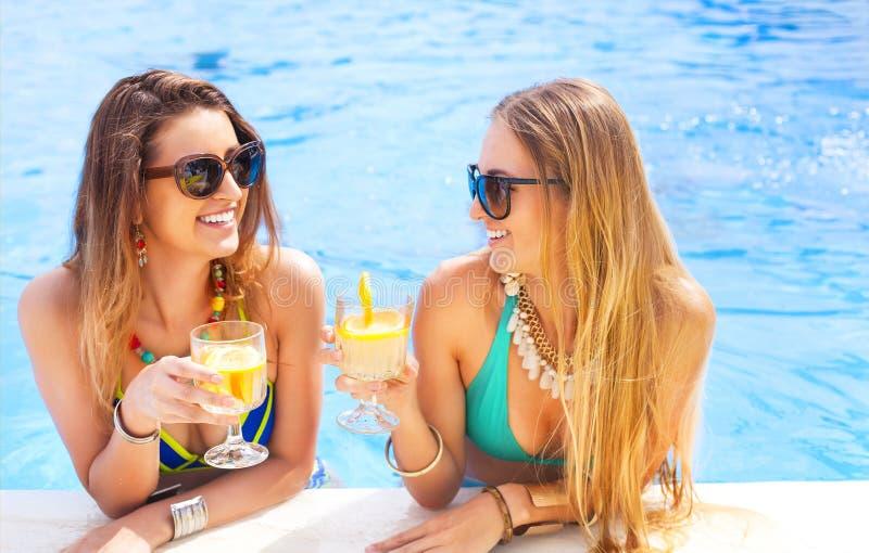 Glückliche Freundinnen mit Getränken stockfotografie