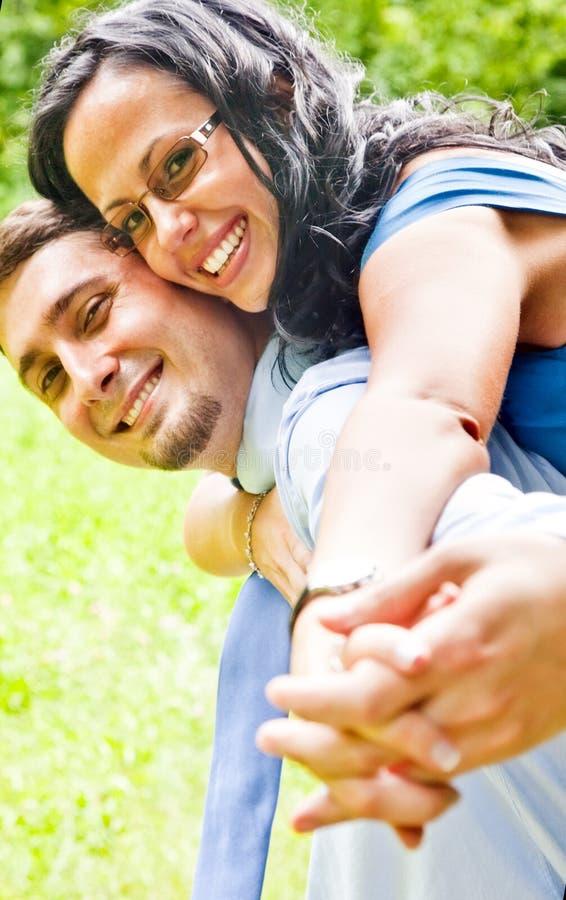 Glückliche frohe Paare, die den Spaß im Freien haben stockbild
