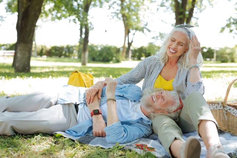 Glückliche frohe Paare, die ihre Wochenenden genießen lizenzfreie stockfotografie