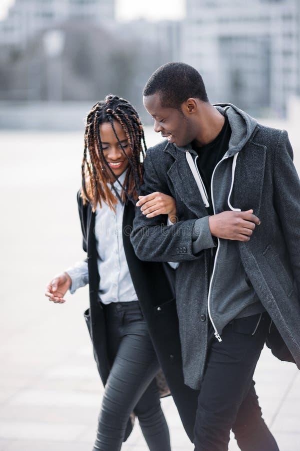 Glückliche Fußgängerpaare Froher Afroamerikaner stockbilder