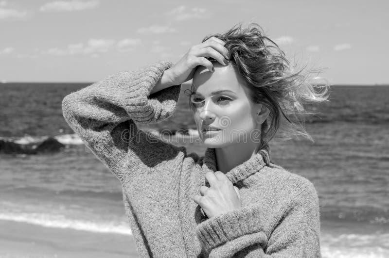 Glückliche gebräunte Frau, die einen Weg durch das Meer auf tropischem Strand genießt stockfotos