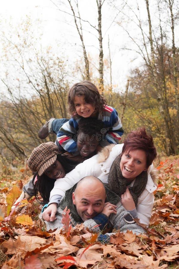 Glückliche gemischtrassige Familie stockbild