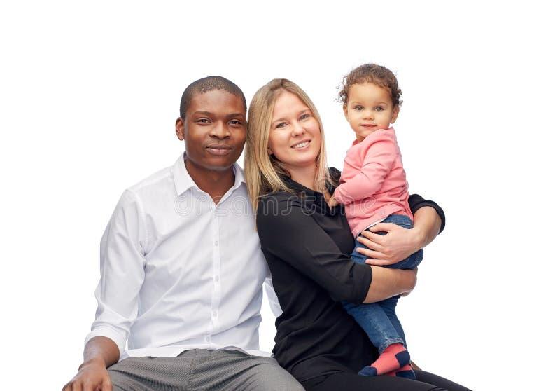 Glückliche gemischtrassige Familie mit kleinem Kind stockfotos