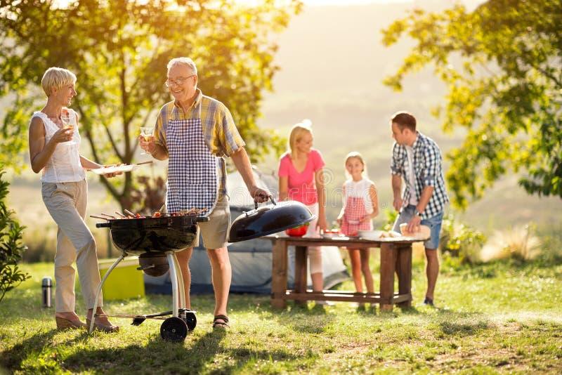 Glückliche Generationsfamilie, die eine Grillpartei hat stockfoto