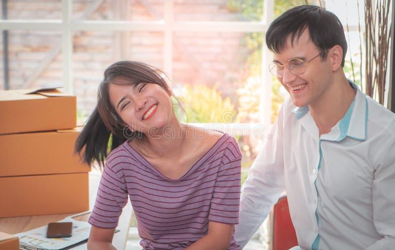 Glückliche Geschäfts-Paare, die zu Hause zusammenarbeiten lizenzfreie stockfotografie