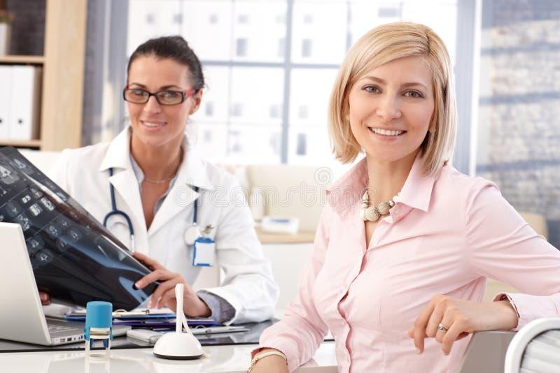 Glückliche Geschäftsfrau in Ärztlichem Dienst Doktors stockfotografie