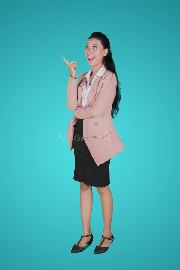 Glückliche Geschäftsfrau, die eine Idee beim aufwärts zeigen erhält lizenzfreie stockbilder