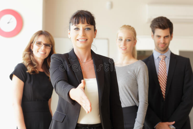 Glückliche Geschäftsfrau, die geht, Ihre Hand zu rütteln stockbild