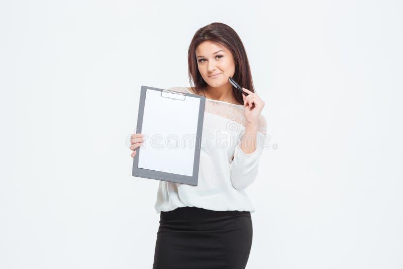 Glückliche Geschäftsfrau, die leeres Klemmbrett zeigt lizenzfreies stockbild