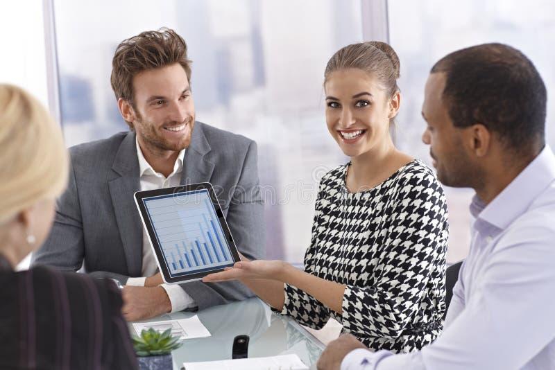 Glückliche Geschäftsfrau, die Tablet-Computer hält lizenzfreies stockfoto