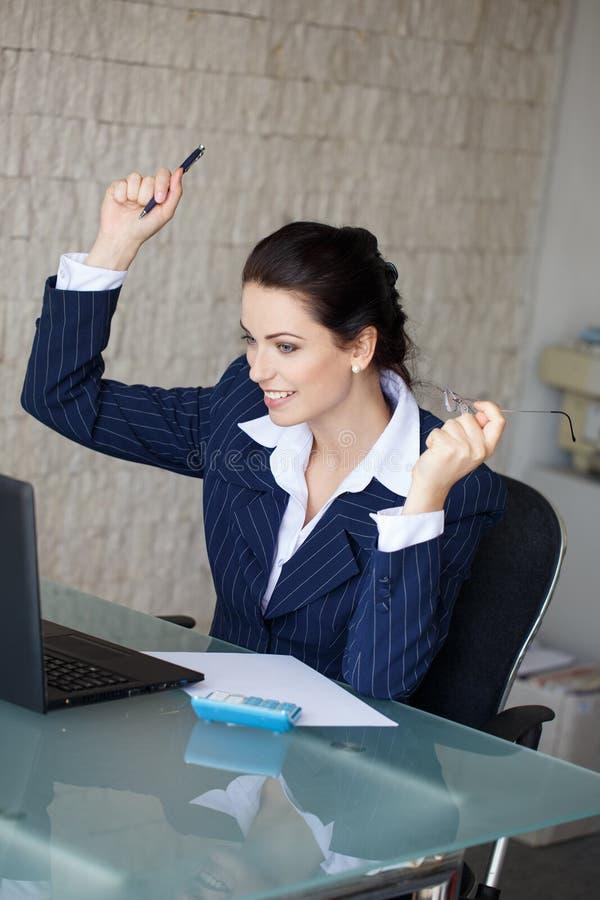 Glückliche Geschäftsfrau erhielt gute Börsennachrichten lizenzfreie stockfotografie
