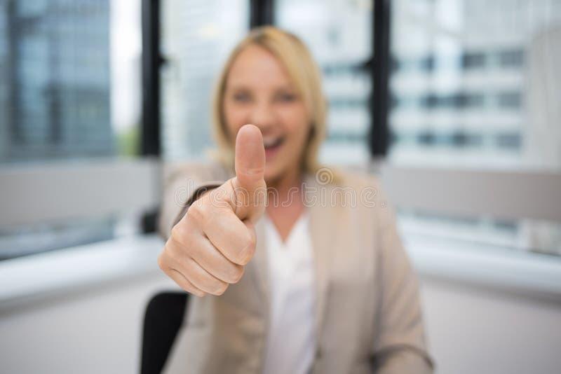Glückliche Geschäftsfrau greift oben ab Moderner Bürohintergrund stockfoto