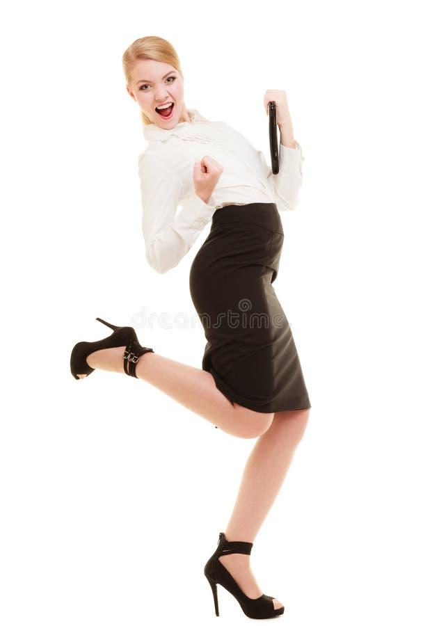 Glückliche Geschäftsfrau mit Erfolgshandzeichen stockfotografie
