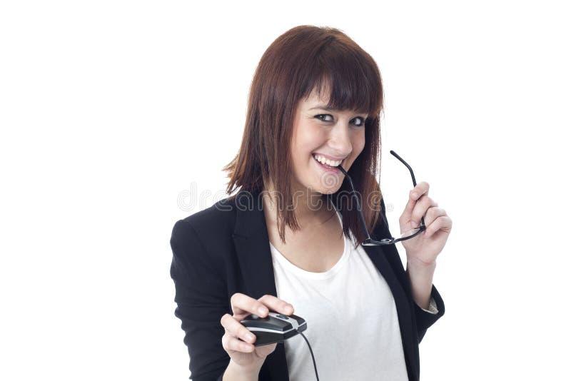 Glückliche Geschäftsfrau mit Gläsern und Computermaus stockfotografie