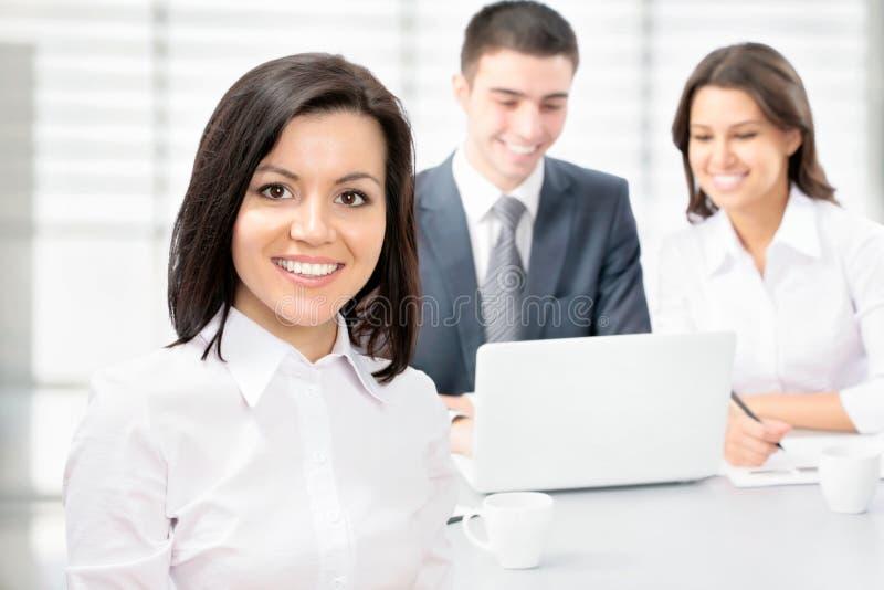 Glückliche Geschäftsfrau mit Kollegen stockfotos