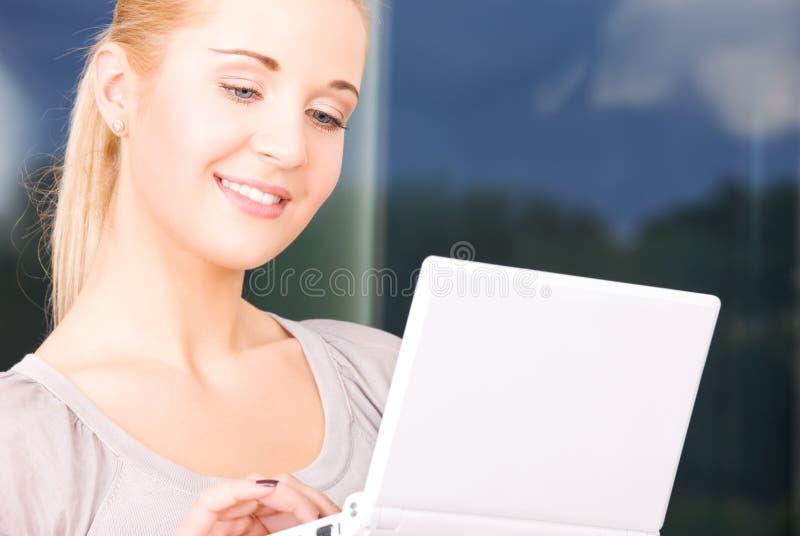 Glückliche Geschäftsfrau mit Laptop-Computer stockbilder