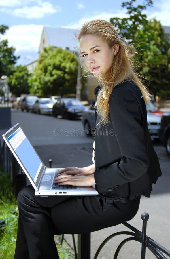 Glückliche Geschäftsfrau mit Laptop-Computer b stockfoto