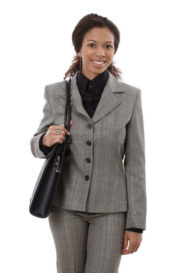 Glückliche Geschäftsfrau mit Schulterbeutel lizenzfreie stockfotografie