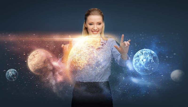 Glückliche Geschäftsfrau mit virtuellen Planeten und Raum lizenzfreie stockfotografie