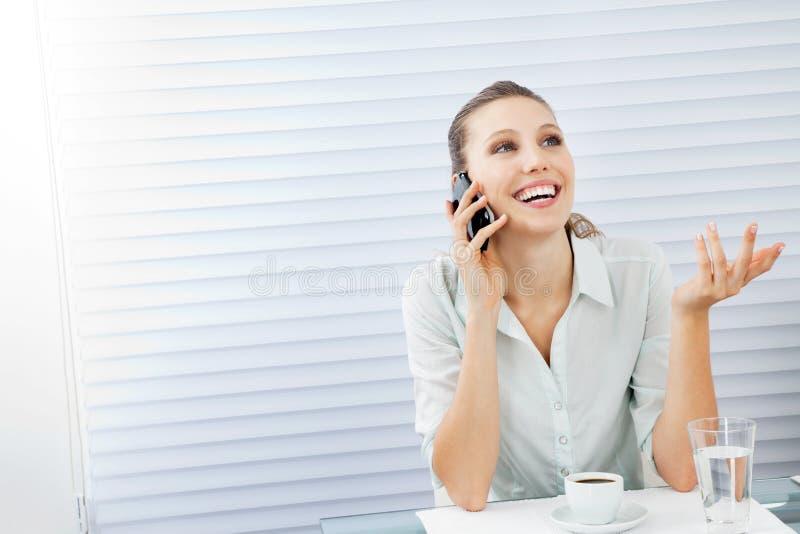 Glückliche Geschäftsfrau On Phone Call lizenzfreie stockbilder