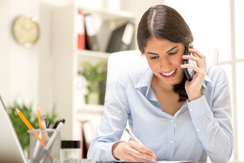 Glückliche Geschäftsfrau Phoning lizenzfreie stockbilder