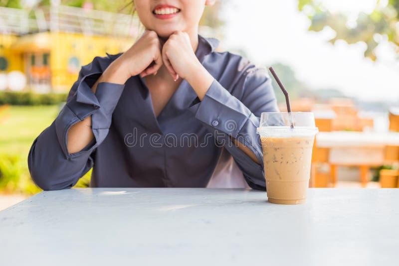 Glückliche Geschäftsfrauen und Eiskaffee auf dem Tisch an der Kaffeestube stockbild