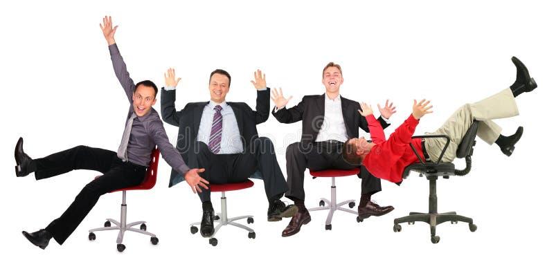 Glückliche Geschäftsleute auf Stühlen lizenzfreie stockfotografie