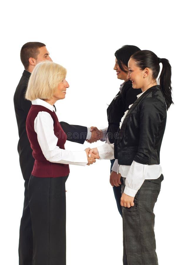 Glückliche Geschäftsleute Händedrücke stockbild