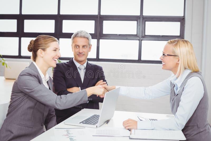Glückliche Geschäftsleute Händeschütteln mit Kunden lizenzfreie stockbilder